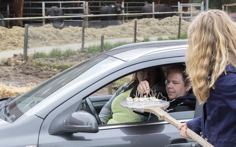 De drive-thru bij buffelboerderij Luth trekt honderden bezoekers.