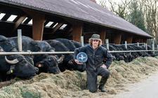Bouke Luth toont trots de buffelkaas gemaakt van de melk van zijn eigen buffels.