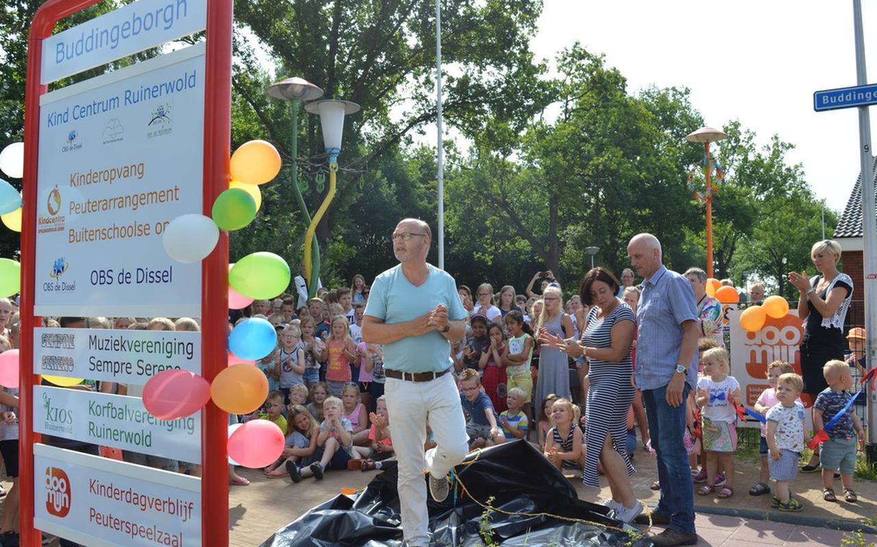 Drie directeuren hebben het nieuwe bord onthuld dat aangeeft dat Ruinerwold een Kindcentrum heeft. Van links naar rechts Jaap Scheper, Chantal Jurriëns en Jaap Veltman.
