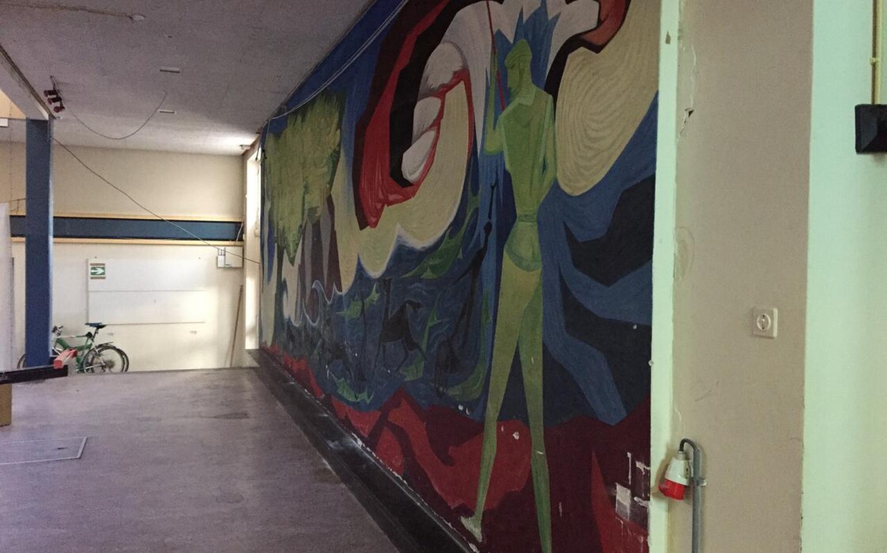De muurschildering in de aula van de voormalige HBS aan het Zuideinde gaat verhuizen naar de aula van Stad & Esch op Ezinge.