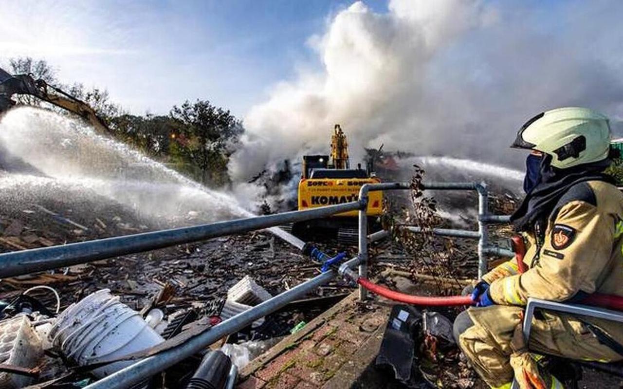 Grote brand in Meppel toen T. nog huurder was het terrein bij de milieustraat. Foto: Marcel Jurian de Jong