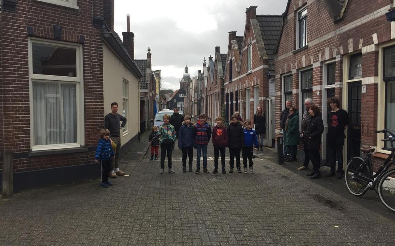 Bewoners van de Voorstraat komen in actie. Ze zijn tegen de plannen van de gemeente om de halve straat aan te wijzen als gebied waar prostitutiebedrijven zich mogen vestigen.