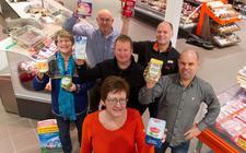 De eigenaren van de vier supermarkten in Westerveld met twee vrijwilligsters van de Voedsebank Westerveld.