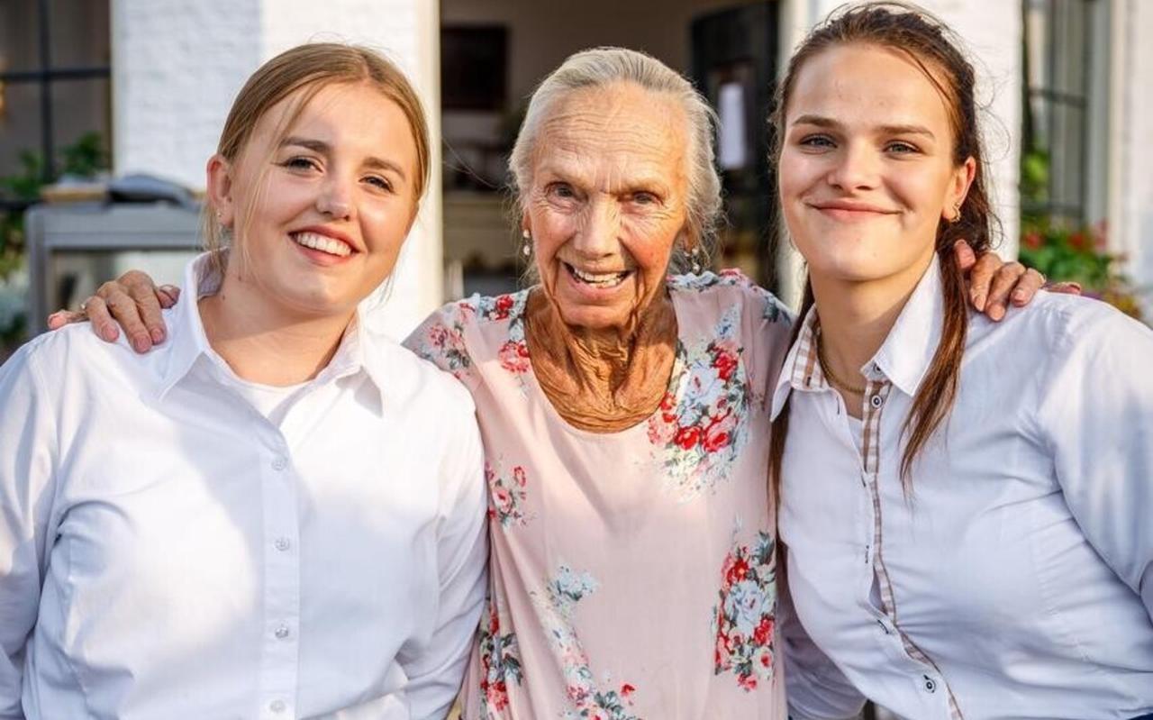 Marlice van restaurant Seidel, samen op de foto met Demi (l) en Jasmijn (r).