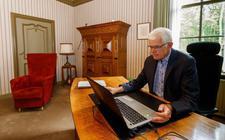 Jan Mensink in zijn werkkamer op Huis Westerbeek.