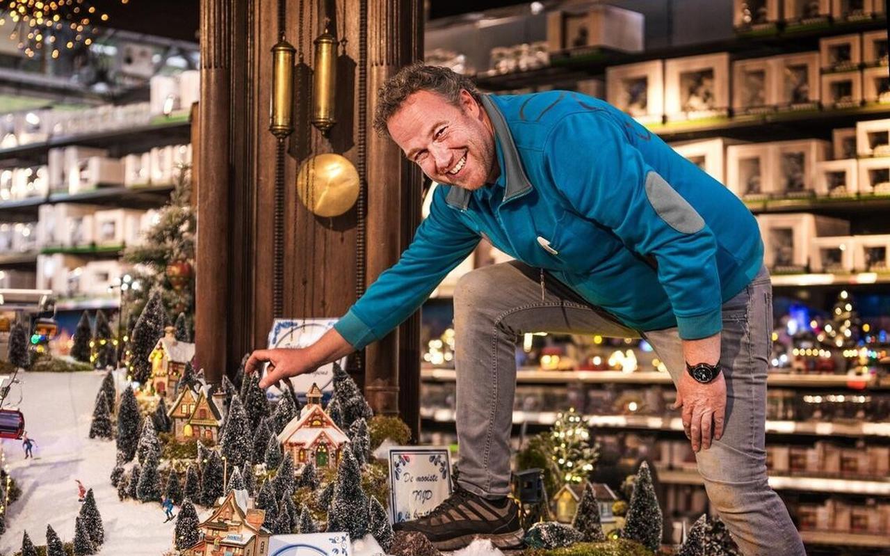 Bedrijfsleider Hilco Beugelink zet ieder jaar een miniatuurdorp op in de Intratuin.