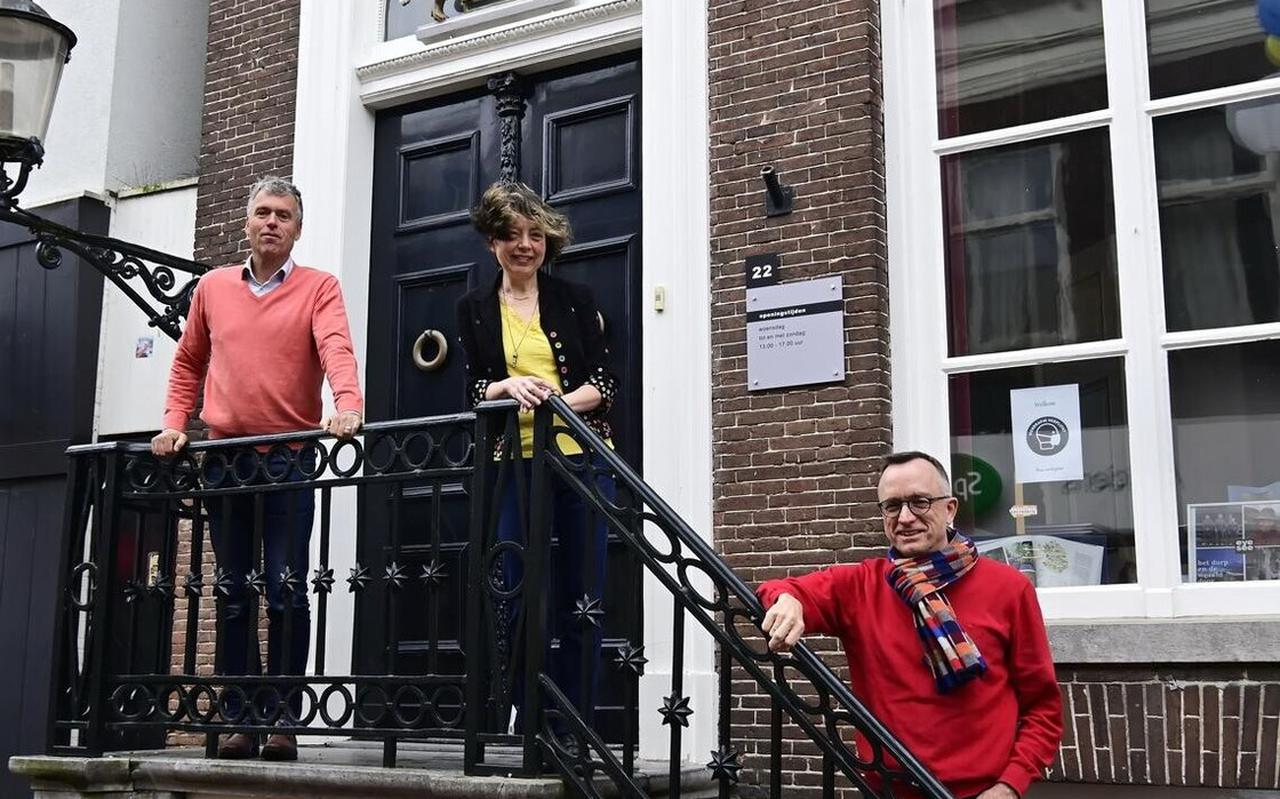 Stedelijk Museum Meppel - de nieuwe naam voor Kunsthuis Secretarie - zit gevestigd in het voormalige gemeentehuis, in de Hoofdstraat. Op de foto: Jaap van der Veen, Mieke Mulders en Ronald Wassenaar.