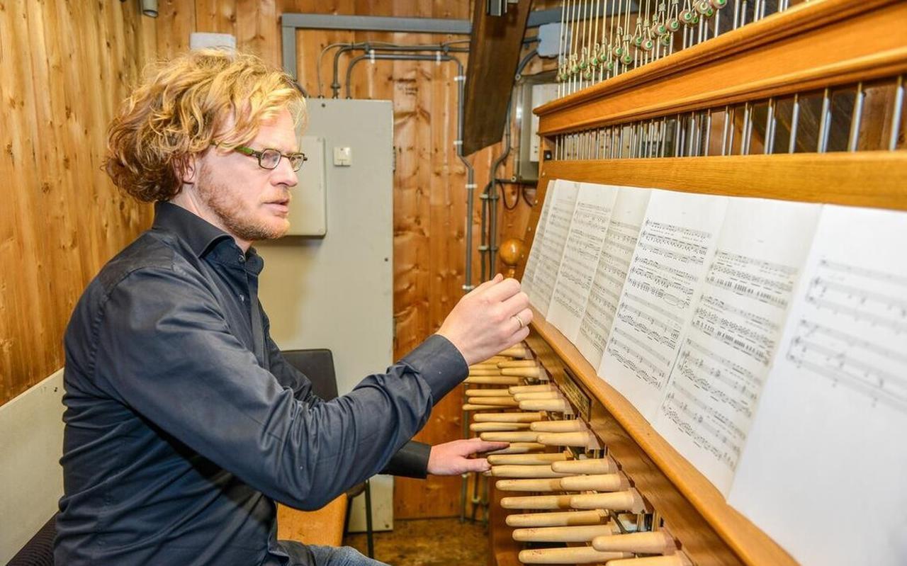 Mannes Hofsink in volle concentratie achter het carillon.