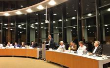 Hans de la Mar (Progressief Westerveld) aan het woord in de raad. Uiterst rechts professor Herweijer. FOTO DVHN