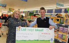 De supermarktmanager van de nieuwe Lidl in Meppel overhandigt een cheque aan 'Krijg een kans'.