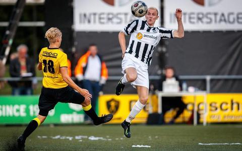 Spelmoment uit de derby tussen Alcides en MSC-Amslod, dit seizoen op sportpark Ezinge. Nu nog tégen elkaar, straks mét elkaar?