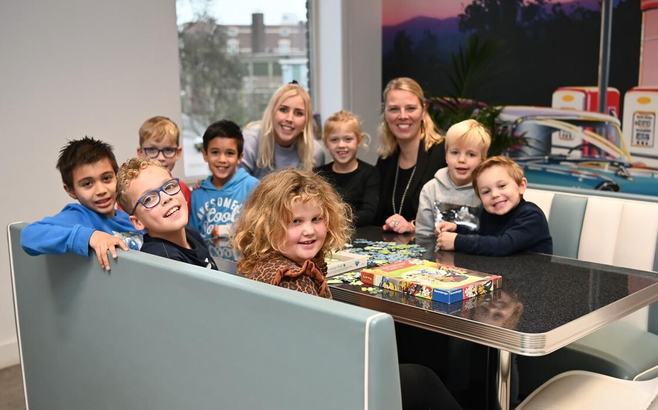 Ellen Bout tussen de kinderen in haar opvang.