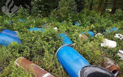 De vaten die in juni 2018 langs de Gemeenteweg zijn aangetroffen.