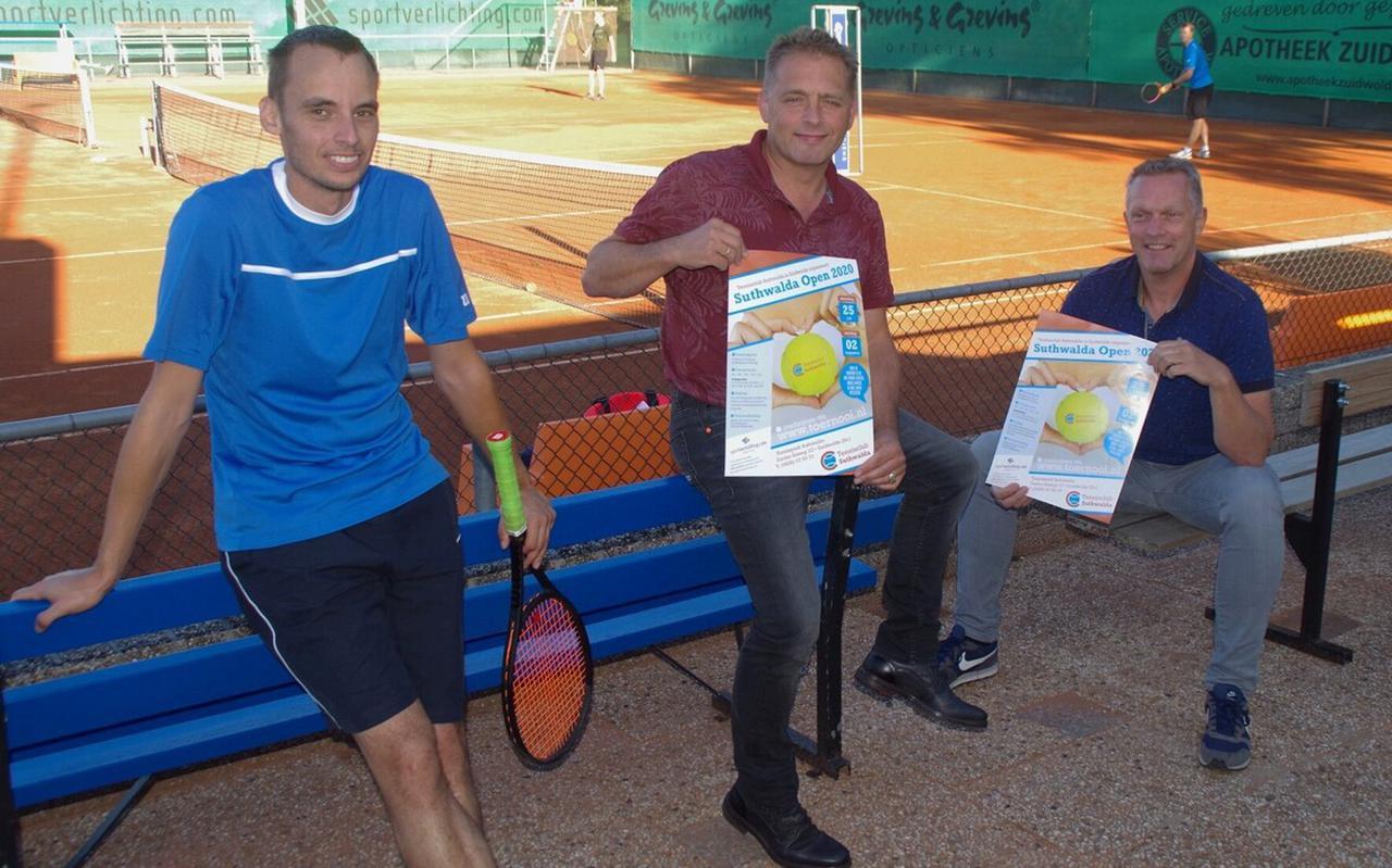 Drie leden van de toernooicommissie. Van links naar rechts: Robbert Weijenberg, Henk Kikkert en Roel Nijzing. Op deze foto ontbreken Marjan de Groot en Danny de Jonge.