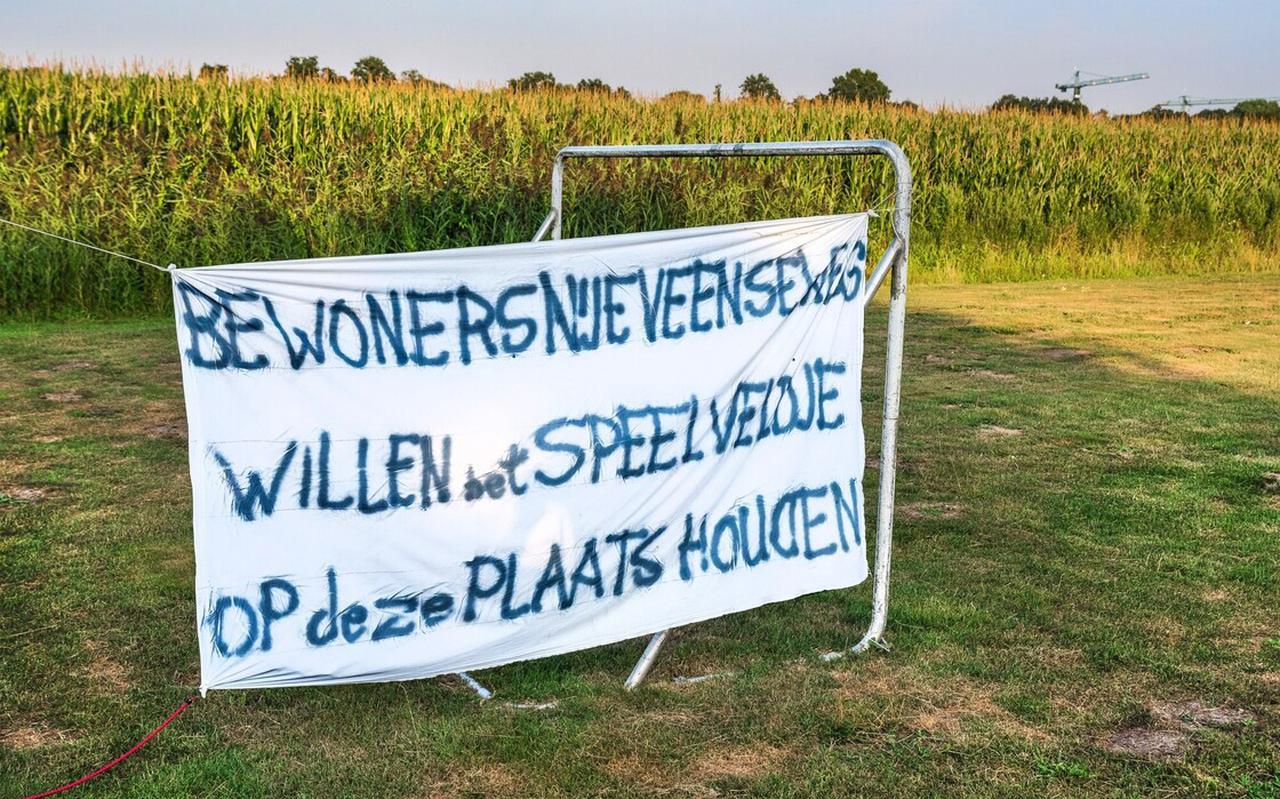 Bewoners van de Nijeveenseweg hebben een spandoek opgehangen in de speeltuin.
