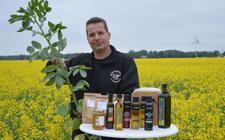 Geert Lindenhols is niet alleen koolzaad-ambassadeur, maar is ook druk met veldbonen. Daarvan worden alleen maar duurzame en natuurlijke producten gemaakt.
