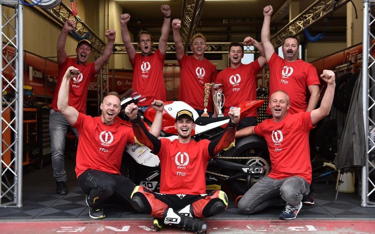 Het TT Racing Team had onlangs alle reden tot juichen. Midden vooraan: tweevoudig ONK-kampioen Danny van der Sluis.