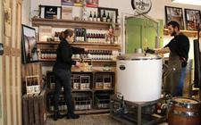 Kees en Grytsje Klinkert ingespannen bezig met het brouwen van bier.