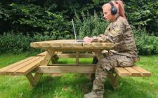Korporaal Rica selecteert muziek voor haar uitzending naar Litouwen.