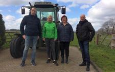 Samenwerking in Zuidwolde met boodscappenpakketten, van links naar rechts Jimmy Braat, Mariët Flinkert, Klara van den Bosch en Henkjan ten Kate.