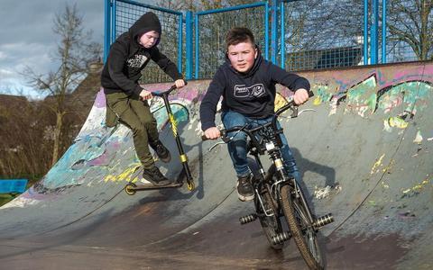 Wessel (op de step) en Marijn (op de BMX) op de half pipe in het Ringpark in Meppel. Het lijkt hen de ideale plek voor een pumptrackbaan.