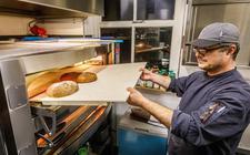 Chef-kok Gabriël Fleijsman is tegenwoordig vijf nachten per week in de keuken van Logement & Gasterij Frederiksoord te vinden waar hij vers ambachtelijk brood bakt.