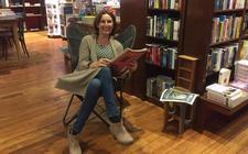 Pauline Broekema op bezoek bij boekhandel Barth in Meppel.