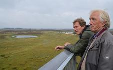 Roel van Bezoen (achter) en Albert Kerssies kijken vanaf de uitkijktorten uit over de heide en de schapen.