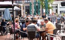 """De terrasjes in Steenwijk zaten gisteren tijdens 'Gezelligheid in de Vestingstad' vol tot middernacht. """"Het is gezellig druk in de stad."""""""