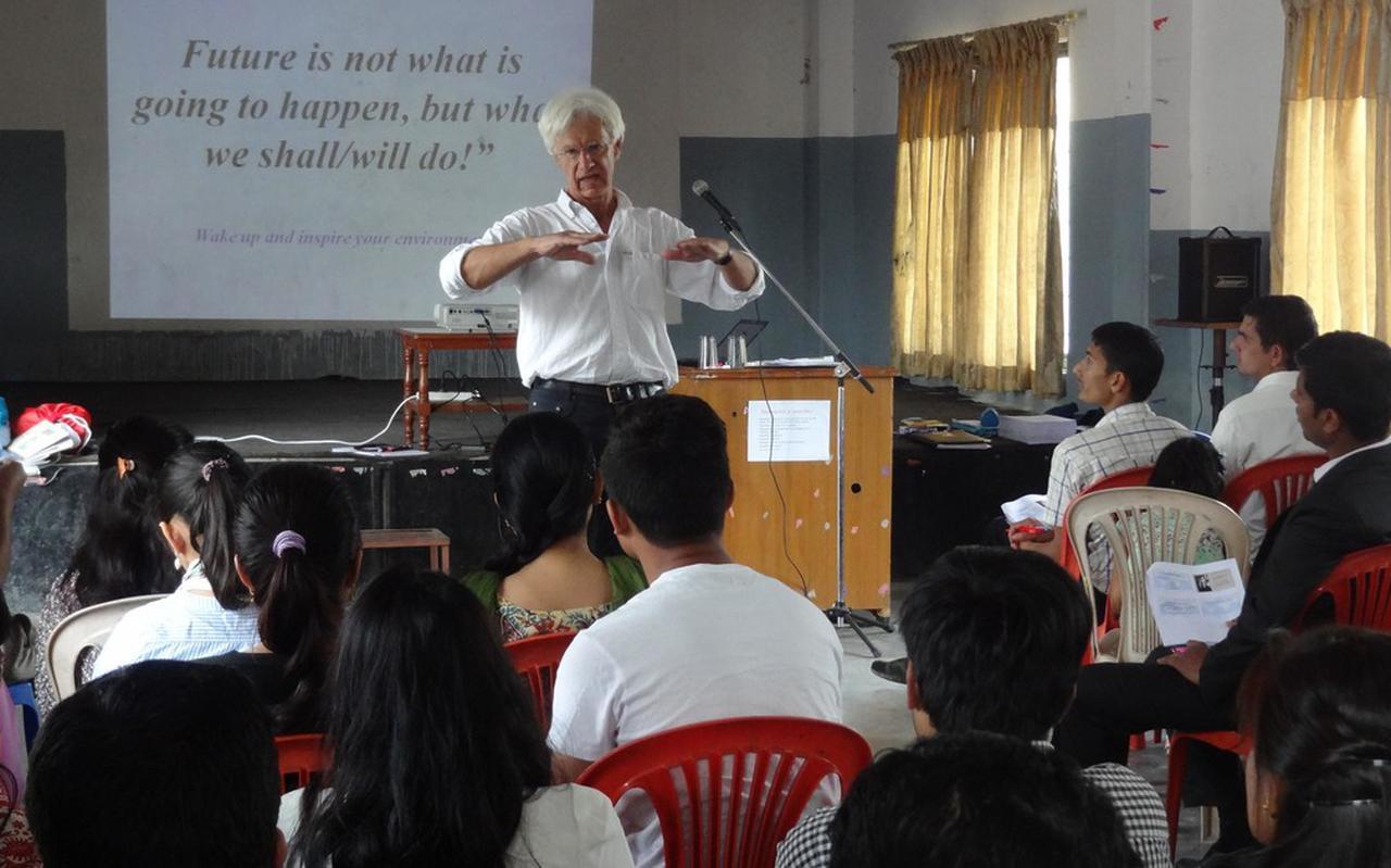 Theo Hulshof tijdens een lezing in Nepal.