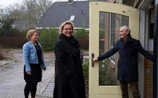 Leo Kochen verwelkomt de presentatrices Geke Jonkers en Valentine de Ruyter bij Over Entinghe.
