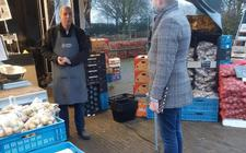 Marktman Wim Kwakkel nam afgelopen week samen met collega' s, vaste klanten en wethouder Alwin Mussche afscheid van de markt.