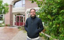 Joey van den Berg op het schoolplein van de vrije school in Meppel, de plek waar hij de basis heeft gelegd voor een mooie voetbalcarrière.