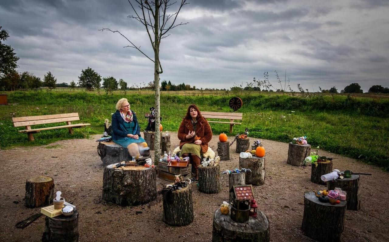 Joan Rolle en Judith Bakker-Beverdam willen graag meer bekendheid aan het fenomeen 'heksen' geven.