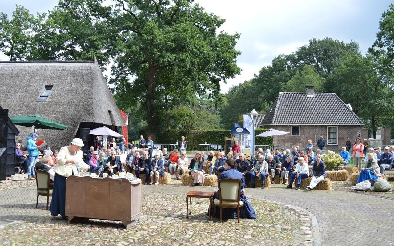 Vorig jaar was het nog feestelijk op de brink in Echten, met de uitvoering van de eenakter 'Zij mint de koetsier', ter gelegenheid van de opening van het Huus met de Belle.