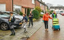 Natasja Seraus en Gerriët Koning (rechts) brengen samen met een paar kinderen taarten rond in de Frans Halsstraat.