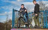 Wessel (op de step) en Marijn (op de BMX) op de half pipe in het Ringpark in Meppel.