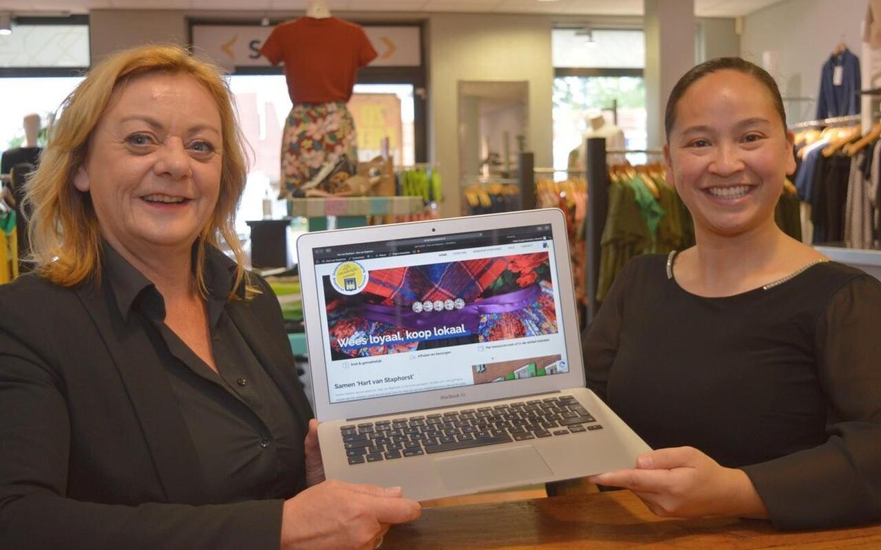De site Hart van Staphorst is in de lucht: links Ina Knol en rechts Angela Scholtus.