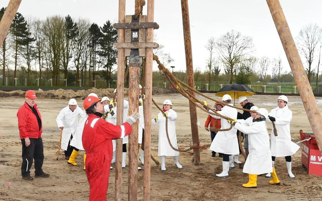 Medewerkers, patiënten en burgemeester Korteland 'trekken' de eerste paal de grond in.