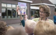 Schrijfster Liesbeth van Binsbergen met een boek uit de serie Zoo Kids.