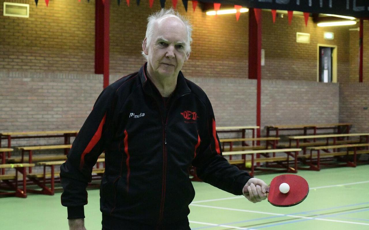DETO-voorzitter Frans Veldboer poseert in een lege sporthal De Eendracht.