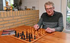 Willem Wijnstok uit Havelte is zelf een fervent schaker. Verder is hij niet alleen penningmeester van de Meppeler Schaakvereniging, maar ook redacteur van clubblad 't Nadenkertje.