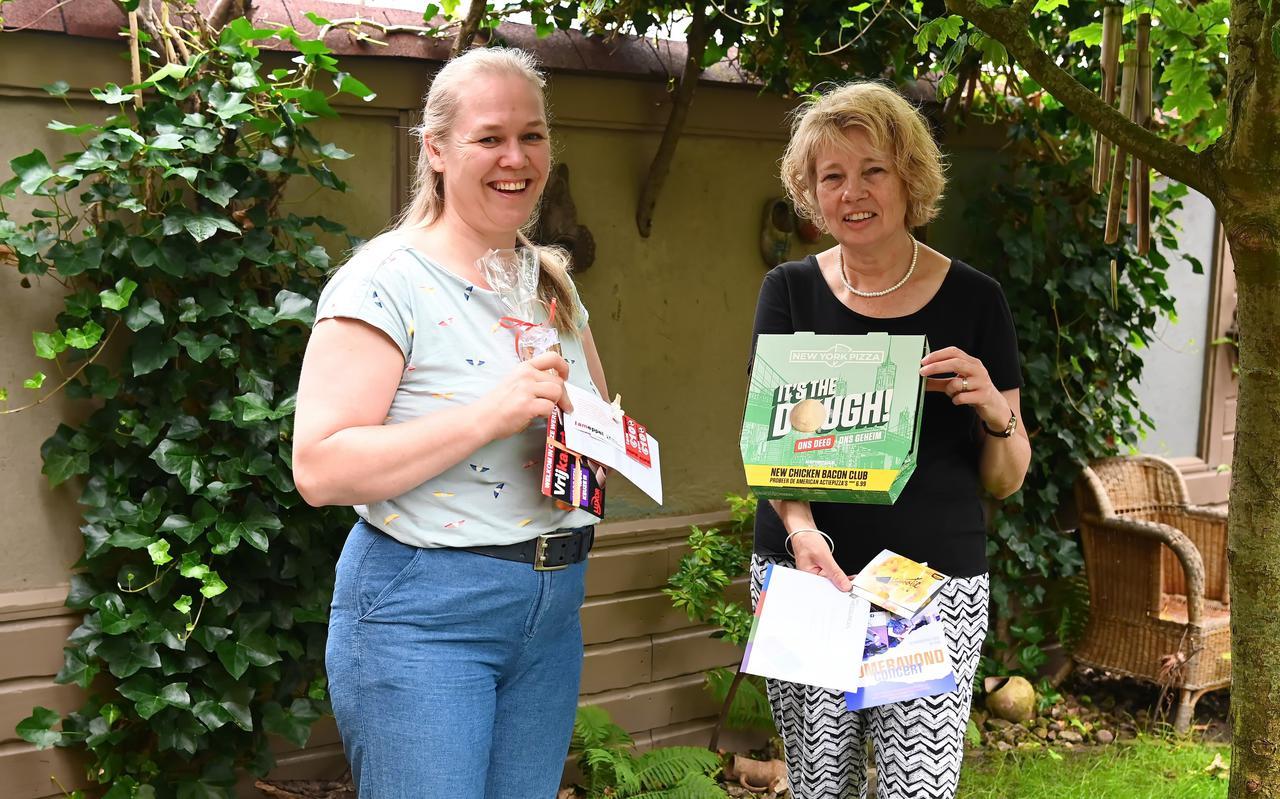 In het zomerpakket zijn allerlei leuke dingen gestopt, zo laten Hanneke Schaab en Jikkie Koopman zien.