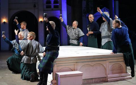"""De repetities voor de voorstelling """"Macbeth + Comedy of Errors"""" in het Shakespearetheater in Diever zijn dit weekeinde gestart."""