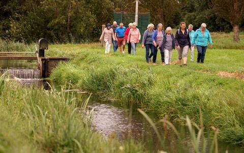 Wandelaars langs de Nijeveense Grift. Dit stuk langs de Grift wordt opgenomen in de wandelroutes.