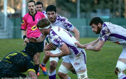 Koen Bloemen heeft balbezit, namens het Franse rugbyteam USBPA.