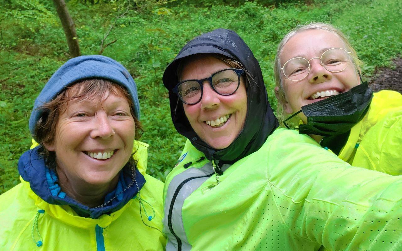 De regen kwam veel dagen met bakken uit de hemel, met de tegenwind erbij werd het een zware maand mei. Van links naar rechts Aukje Kuyer, Albi Popken en Erna Bijsterbosch.