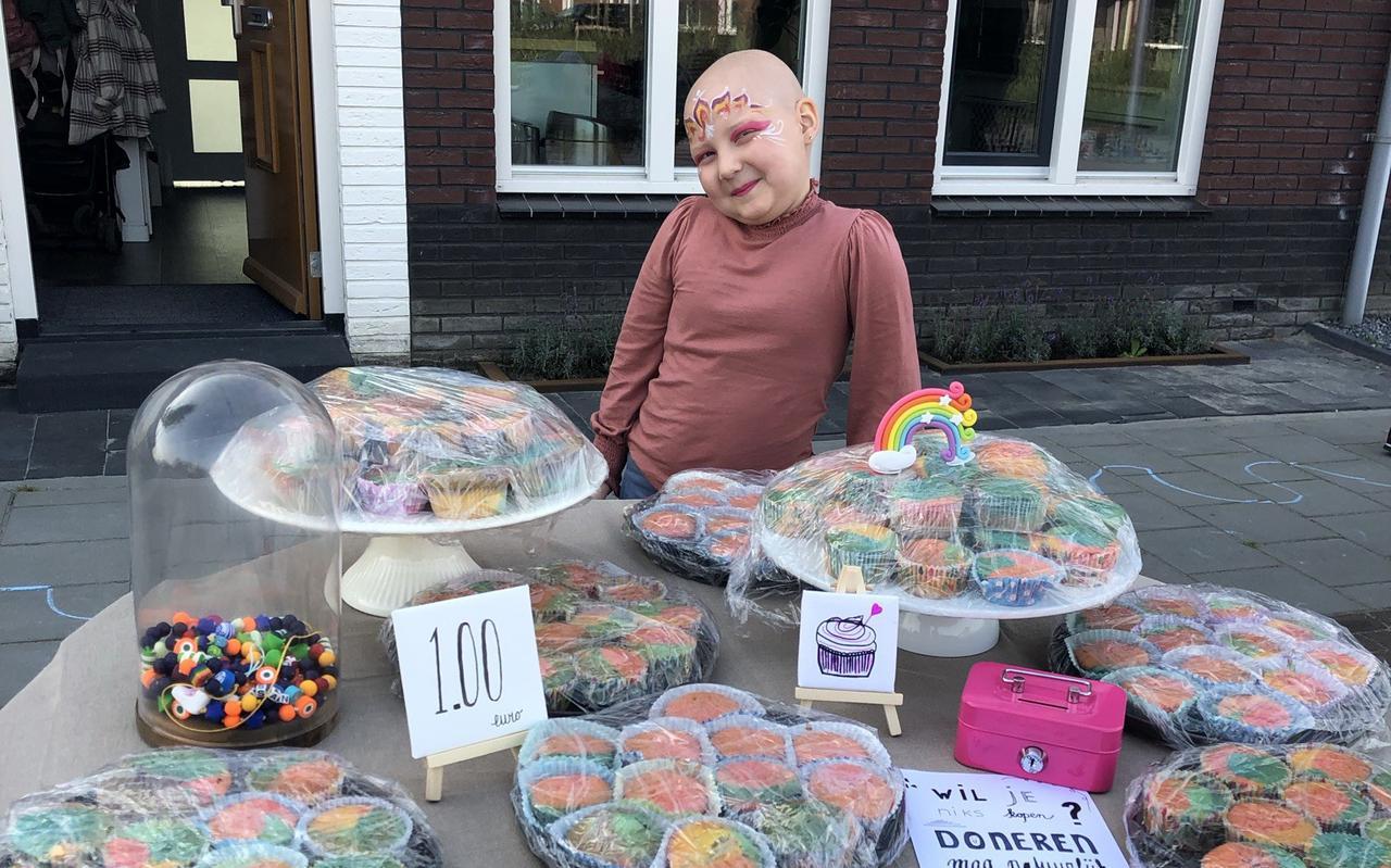 Susan met de cupcakes, die werden verkocht tijdens Tafel in de Tuin.