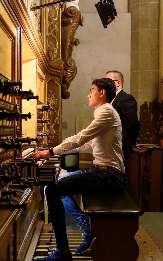 Hermen laat op het Hinsz-orgel werken van Feike Asma en Willem Hendrik Zwart horen.
