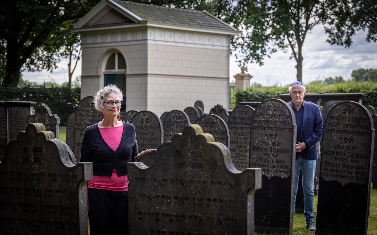 Elsbeth van der Horst en Nico Sieffers op de Joodse begraafplaats.